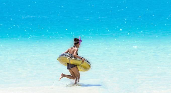 日焼けした女性と砂浜