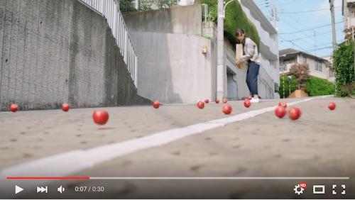 転がるリンゴ