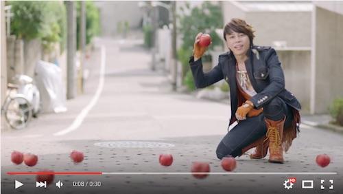 西川貴教がリンゴを拾う