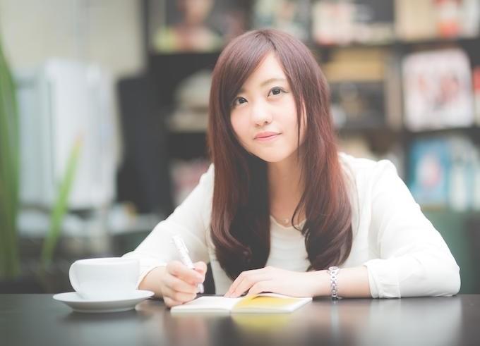 カフェで計画を立てる女性